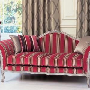 Beżowe paski na aksamitnej tapicerce podkreślają elegancki charakter sofy. Fot. Romo.