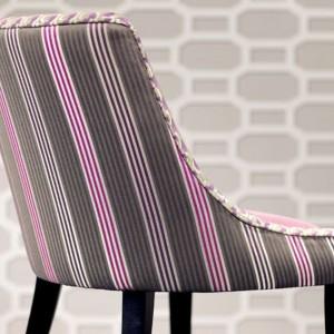 Kolorowe paski wzbogacają minimalistyczną formę krzesła. Fot. Romo.