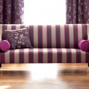 Paski w dumnym, fioletowym kolorze na oryginalnej kanapie wyglądają niezwykle stylowo. Fot. Romo.