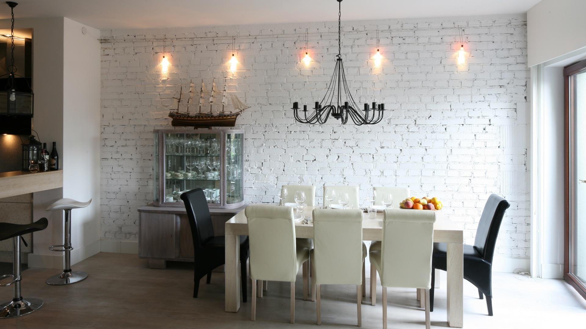 Ściana w jadalnie nie została otynkowana, a jedyne pomalowana na biały kolor, co nadało wnętrzu oryginalnego, ciekawego charakteru. Projekt: Monika Włodarczyk, Jarosław Jończyk. Fot. Bartosz Jarosz.