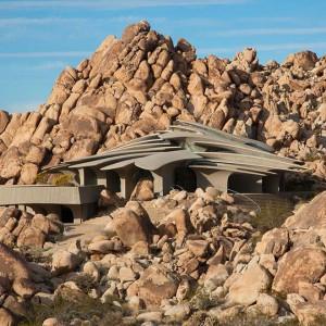 Bryła domu wkomponowana w pustynny krajobraz. Fot. Organicmodernestate.com, TKK Represents.