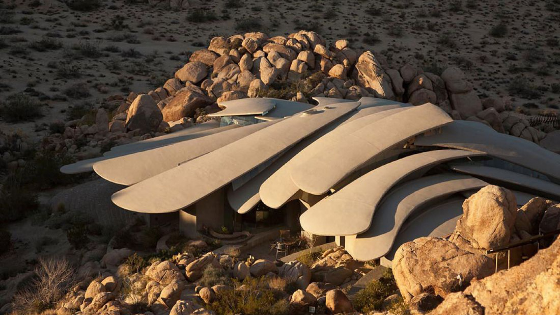 Bryła domu, widoczny niezwykły dach. Fot. Organicmodernestate.com, TKK Represents.