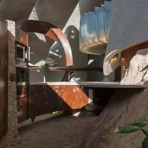 Kuchnia jakby wkomponowana w żywą skałę. Gotowanie tutaj musi być prawdziwą przygodą. Fot. Organicmodernestate.com, TKK Represents.