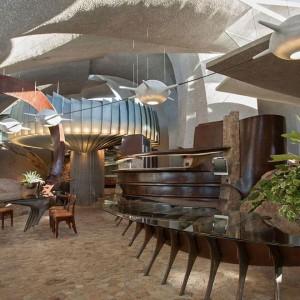 Jadalnia i kuchnia we wnętrzu domu. Znajdziemy tu naturalne materiały, ale przede wszystkim niezwykłe formy naśladujące widoki za oknem. Fot. Organicmodernestate.com, TKK Represents.
