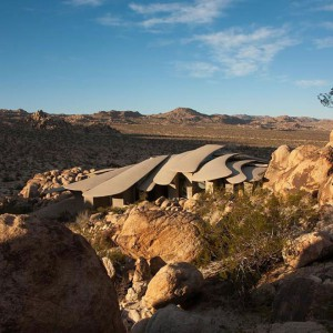 Pustynny krajobraz w okolicy domu. Fot. Organicmodernestate.com, TKK Represents.