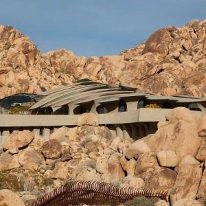 Bryła domu wkomponowana w pustynny krajobraz Kalifornii. Fot. Organicmodernestate.com, TKK Represents.