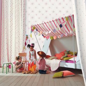 Pastelowe poduszki i inne kolorowe dodatki z tkaniny pozwolą wyczarować prawdziwy letni obóz w pokoju dziecka. Fot. Camengo.