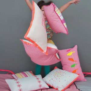 Kolorowe poduszki przydadzą się do zabawy, snu i dekoracji. Fot. Camengo.