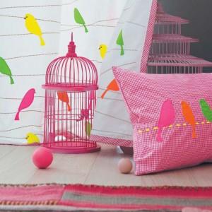 Kolorowe ptaki - motyw dekoracyjny wykorzystany w kolekcji Summer Camp. Fot. Camengo.