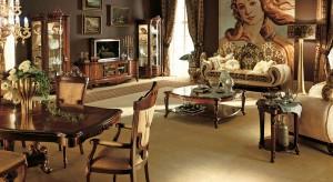 Markowe meble, najwyższej jakości materiały, złocone dodatki i lśniące tkaniny skomponowane ze sobą w odpowiedni sposób stworzą gustowny i wyrafinowany wystrój salonu. Salonu, będącego wyznacznikiem luksusu.