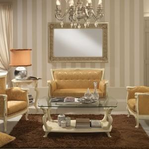 Ozdobny żyrandol oraz połyskująca tapicerka nadają wnętrzu luksusowy wygląd. Fot. Treci.