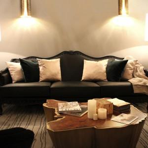 Stonowany i gustowny salon dola miłośników dyskretnego luksusu. Fot. Brabbu.