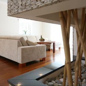 Egzotyczny bambus znalazł się także w strefie kominka jako unikalna dekoracja. Fot. Bartosz Jarosz.