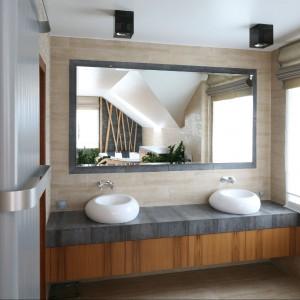Wygodny pomysł: podwójne umywalki i duże lustro.  Fot. Bartosz Jarosz.
