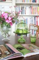 Projekt przebudowy apartamentu na poddaszu - niezwykle barwne wnętrze, pełne kobiecych detali. Stylowe meble, kwiatowe wzory tworzą klimat domowego ciepła. Ciekawym pomysłem jest zestawienie wyrazistego różu z pastelowymi barwami i stylowymi meblami. Fot. Aneta Tryczyńska.