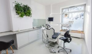 W gabinetach postawiliśmy w 100% na funkcjonalność. Wysokie pomieszczenia oświetlane specjalistyczną lampą oraz dwoma zestawami reflektorów zapewniają optymalne warunki pracy dla lekarza. Przedłużając blat roboczy utworzyliśmy kącik do pracy. Specjalnie utworzone wnęki w ścianach zostały zabudowane systemem szaf. Podłoga w gabinetach, choć w podobnym kolorze, wykonana jest z żywicy z drobinkami brokatu, które odbijając naturalne światło wpadające dzięki dużym oknom witrynowym, dodatkowo rozświetla pomieszczenia.