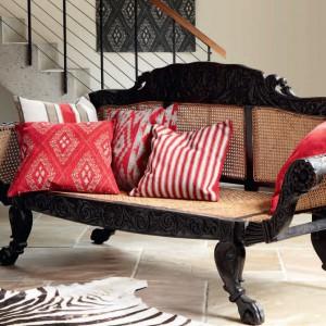 Dekoracyjne poduszki - najprostszy sposób na przemycenie czerwieni. Fot. Mark Aleksander.
