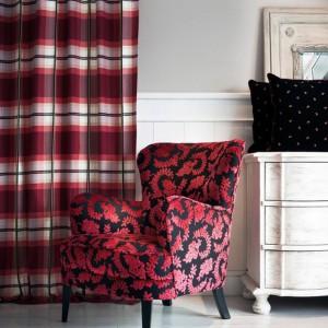 Zasłony w czerwoną kratę nawiązują do kolorystyki tapicerki. Fot. Fine.at.