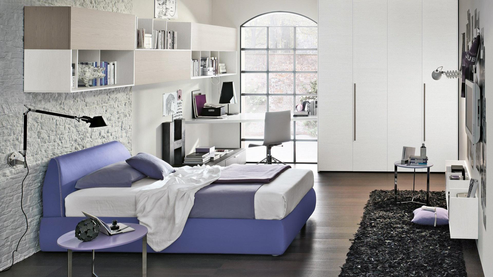 Wystrojowi o stonowanej kolorystyce młodzieżowego wyglądu dodaje nowoczesne, niebieskie łóżko. Fot. Tomasella.