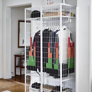 Szafa, która zawiera 160 plastikowych pikseli w kolorach czarnym, żółtym, czerwonym, pomarańczowym i zielonym. Pozwala to tworzyć ja ramie szafy własne wzory.  Projekt: Matali Crasset. 599 zł.  Fot. IKEA.