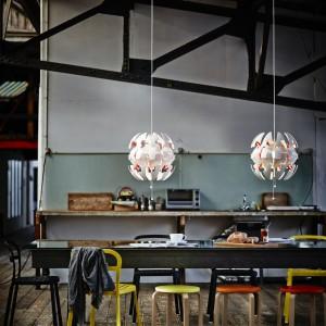 """Wisząca """"kosmiczna"""" lampa wykonana z tworzywa polipropylenowego. Projekt: David Wahl. 199 zł. Fot. IKEA."""