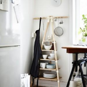 Półka ścienna do wąskiego przedpokoju lub narożnika - pozwoli wykorzystać niezagospodarowaną dotychczas przestrzeń. Wykonana z drewna brzozowego w kolorze naturalnym i antracytowym lub jednolicie naturalnym.  Projekt Keiji Ashizawa. 199 zł. Fot. IKEA.