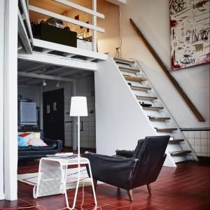 Stolik wykonany ze stali proszkowanej, połączony z pomysłową lampą oraz gazetownikiem.  249 zł. Projekt: Tomek Rygalik. Fot. IKEA.