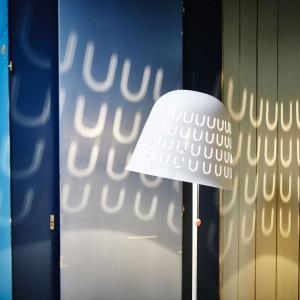 Lampa podłogowa ze stali proszkowanej. Projekt: Jon Karlssonn. 199 zł. Fot. IKEA.