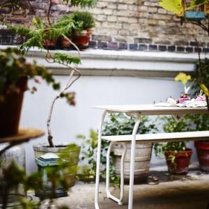 Składany stół idealny do ogrodu. Wysokociśnieniowy laminat z melaminy i proszkowana stal. Projekt: Mathias hahn. 299 zł. Fot. IKEA.