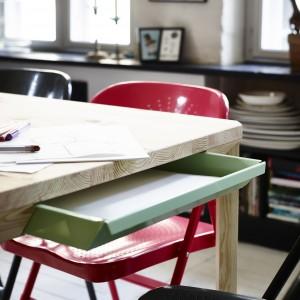 Stół wykonany z drewna sosnowego można w każdej chwili odnowić przy pomocy papieru ściernego i oleju. Z dwóch stron ma wbudowane szuflady na dokumenty, sztućce czy kredki i papier. Lita sosna i stal proszkowana. 799 zł. Fot. IKEA.