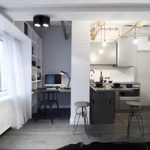 W tej 17-metrowej kawalerce kuchnia jest naprawdę mała. Jej powierzchnia zajmuje jedynie około trzech metrów. Projekt: Magdalena Daszkiewicz. Fot. Maciej Kulig.
