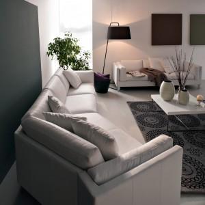 Elegancka i komfortowa sofa Kerry marki Calligaris o klasycznym wyglądzie w 2 wersjach siedziska – miękkiej lub twardszej. Cena od ok. 11.300 zł. Fot. Calligaris.