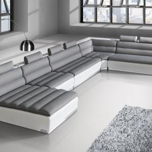 Narożnik Horizon tworzą poszczególne elementy modułowe: leżanka  sofa 2-osobowa, element narożny, sofa 2-osobowa z półką, zagłówki i podłokietniki. Cena od 6.939 zł. Fot. Agata Meble.