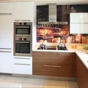 Ergonomiczny układ szafek kuchennych pomaga w utrzymaniu ładu i porządku. Fot. Bartosz Jarosz.