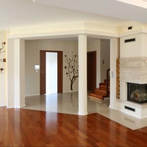 Kominek obłożony kamieniem to jeden z bardziej dekoracyjnych punktów w salonie. Fot. Bartosz Jarosz.