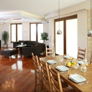 Podłogę w salonie i jadalni wykończono egzotycznym drewnem Doussie. Fot. Bartosz Jarosz.