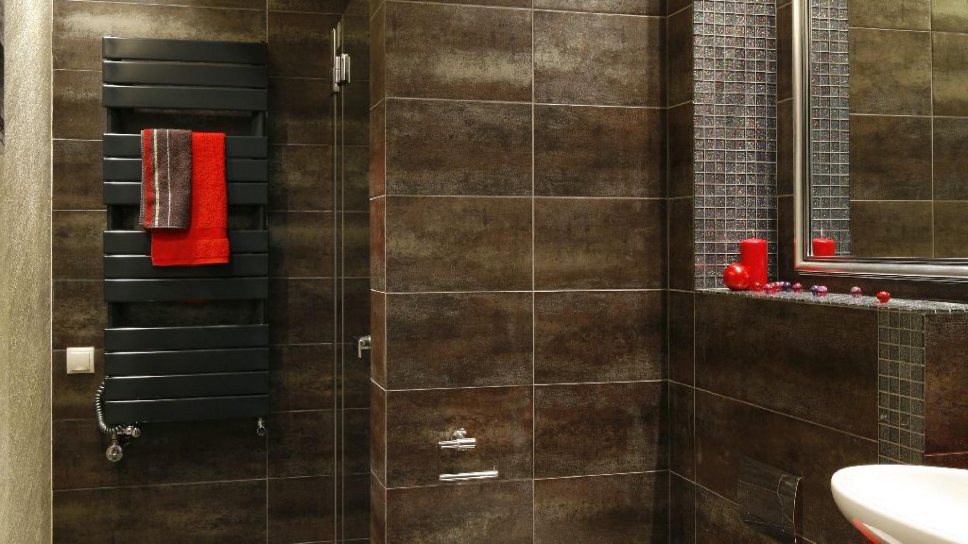 Surowe industrialne płytki skomponowano tu z czerwonymi akcentami i bielą ceramiki. Fot. Bartosz Jarosz.