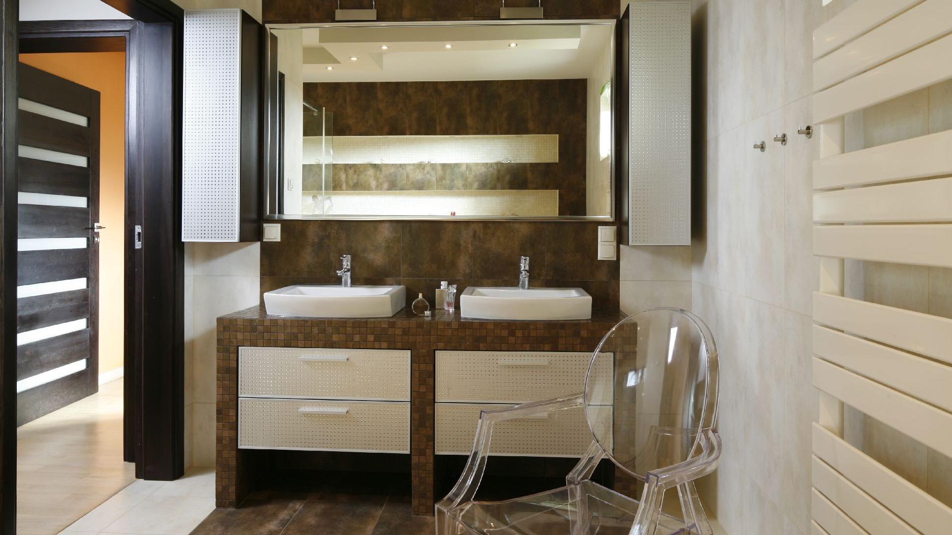 Podwójne umywalki to wygoda, która sprawdzi się zwłaszcza rano. Fot. Bartosz Jarosz.