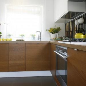 Ukryta we wnęce kuchnia od strony salonu więc nawet rozgardiasz podczas gotowania nie rzuca się w oczy. A niewielkie rozmiary wnętrza nie są odczuwalne z uwagi na biel i prostotę mebli. Powierzchnia: 6,6 m². Projekt: Małgorzata Mazur. Fot. Bartosz Jarosz.