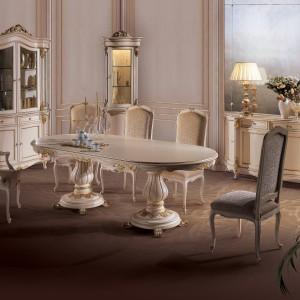 Meble do jadalni z kolekcji Pannini od firmy Angelo Cappellini. Stylizowane i bardzo eleganckie. Pięknie prezentują się ozdobne nogi stołu. Złote elementy doskonale pasują do jasnej kolorystyki mebli.