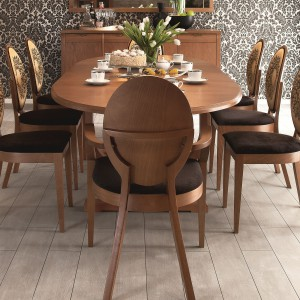 Meble do jadalni a kolekcji Diana firmy Fameg. Delikatnie stylizowane meble o geometrycznej formie z nowoczesnymi, minimalistycznymi uchwytami. Wykonane z drewna dębowego, okucia miedziane.