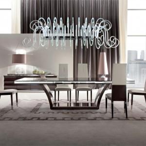 Meble do jadalni z kolekcji Day Dream firmy Giorgio. Duży, drewniany stół wykonany jest z hebanu w satynowym wykończeniu. Szczególnie ciekawie prezentuje się jego podstawa. Tapicerowane krzesła dostępne są w różnym wykończeniu (m.in. skóra, zamsz, tkanina).