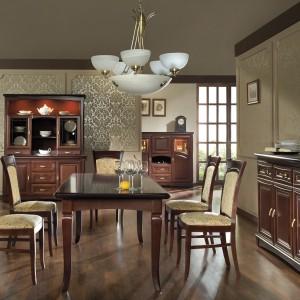 Meble do jadalni z kolekcji Lazuryt firmy Mebin. W kolekcji dostępny jest okrągły stół z wewnętrznym obrotowym blatem, wygodne, tapicerowane krzesła oraz bogaty wybór serwantek, komód i szafek.