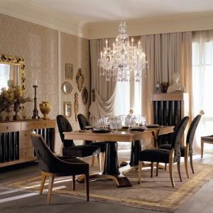 Meble do jadalni z kolekcji Heritage J.S. firmy Selva. W całości zaprojektowana przez włoskiego designera Lorenzo Belliniego. Kolekcja stanowi swobodną interpretacją klasycznych form, z których każda zawiera współczesne elementy. Meble wykonane z litego drewna.