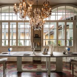 Mebel do jadalni z kolekcji Atlante firmy Arketipo. Klasyczne, ale i proste w formie. Duży stół będzie idealnym rozwiązaniem dla miłośników wspólnych kolacji z przyjaciółmi. A zmieści się przy nim naprawdę sporo osób.