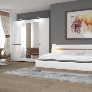 Kolekcja mebli Linate do sypialni o nieszablonowym design w kolorze białym z eleganckimi aplikacjami w kolorze trufla. Fot. Meble Wójcik