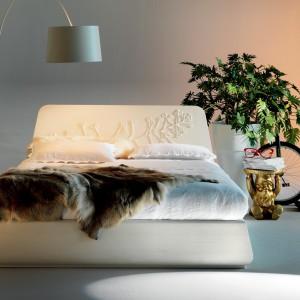Skórzane łóżko FG 941Marchetti, którego zagłówek zdobi ręcznie wykonany kwiatowy motyw. Fot. Marchetti