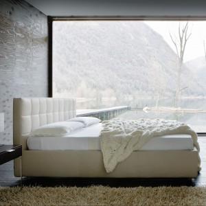 Tapicerowane łóżko z wysokim, tradycyjnie pikowanym zagłówkiem Overbox o prostej, eleganckiej formie. Fot. Zanotta