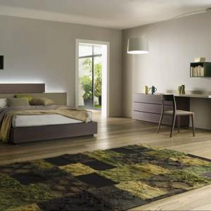 Łóżko Skip z asymetrycznym wzorem zagłówka, na którym drewno i panele idealnie się balansują. Fot. Alf