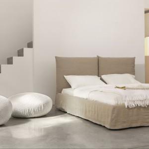 Toolate to całkowicie tapicerowane podwójne łóżko, którego pokrycie jest w całości zdejmowane. Fot. Bonaldo